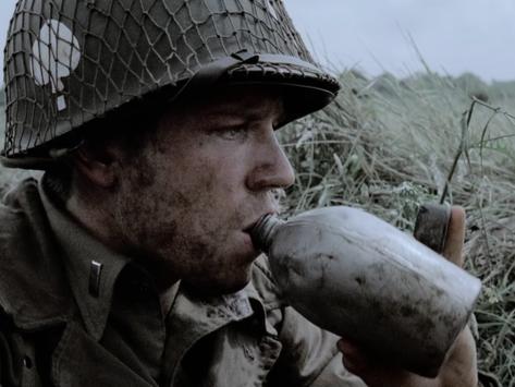 Botol dengan garis sambungan vertikal adalah botol Perang Dunia I