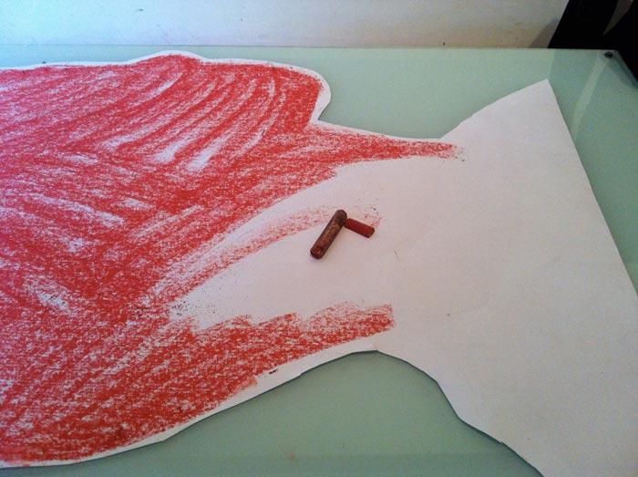 Bagian belakang cetakan harus digosok dengan pastel kapur, pensil grafit, arang atau cat minyak.